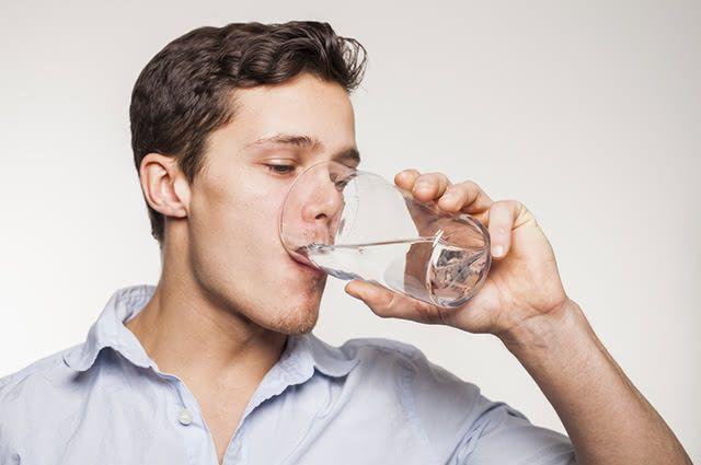 Beber água para tosse