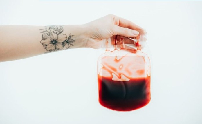 Braço tatuado com sangue doado